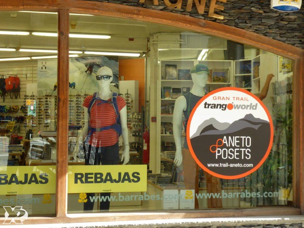 nosotros vestimos escaparates con los adhesivos del logo del evento, Gran Trail Trangoworld Aneto&Posets.