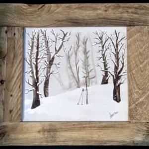 bosque con esquís olvidados
